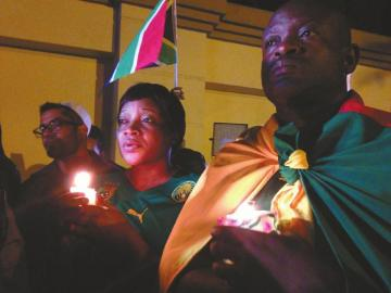 12月6日凌晨,人们在南非约翰内斯堡的曼德拉住所外悼念曼德拉。新华社发