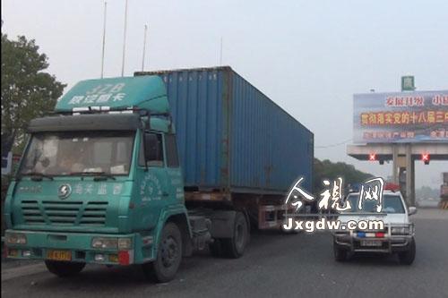 车主怀疑被盗奔驰在大货车内高清图片