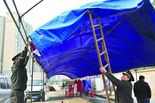9日,长沙市曲塘路,居民张先生家乔迁,占用行车道在路边搭棚子摆宴席.图片