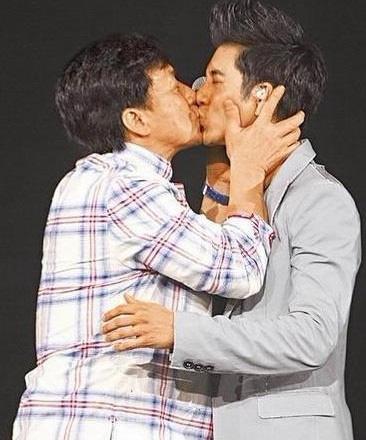 成龙与王力宏亲吻照