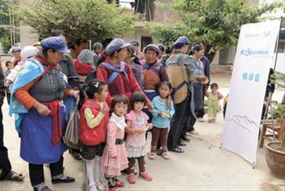 得知大城市的专家来了,乡民们纷纷带着孩子在卫生所候诊区等候