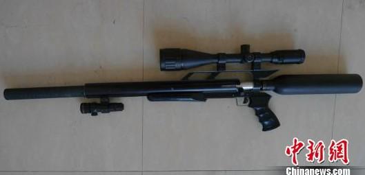 图为警方缴获的仿美制秃鹰气枪. 海宁公安 摄