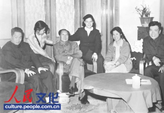 全家大团圆(从左向右,毛岸青、张少林、毛泽东、刘思齐、邵华、杨茂之)。