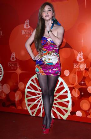 台湾知名婚纱模特许维恩深v黑丝压群芳(组图)图片