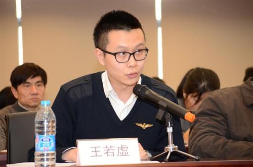 图为云文学总编辑助理王若虚代表获奖网站发言