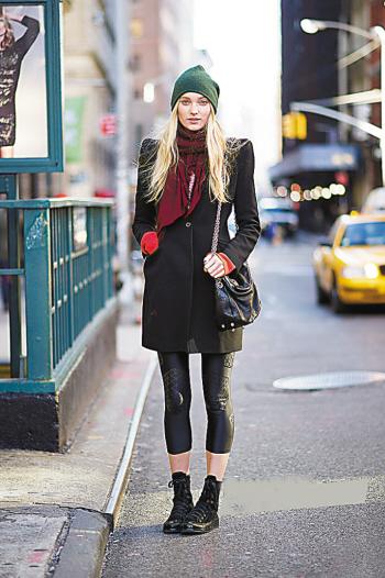 黑大衣搭红卫衣,橄榄绿毛线帽搭配红围巾
