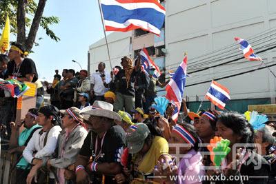 23日,反政府示威者聚集在泰日体育场,阻止候选人登记。新华社供图