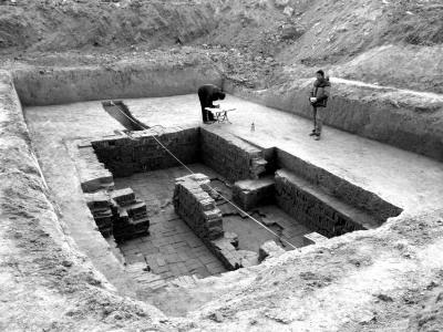 考古工作人员在挖掘现场勘测。京华时报记者陶冉摄