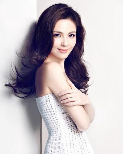 一起来欣赏刘涛的气质发型吧,将中长发梳理柔顺后别到耳朵后面,前面的