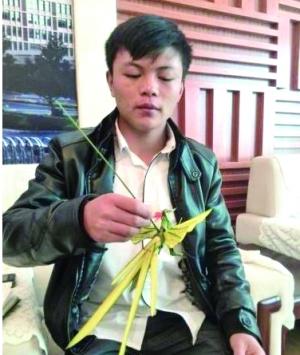 大学生坚持9年学棕榈叶编织