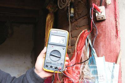 村民用万用表测试,电压均在160伏特以下.