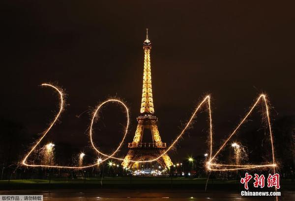 """当地时间2013年12月30日,法国巴黎,民众在埃菲尔铁塔前用烟火写下"""""""