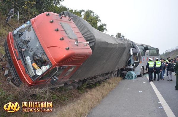 成都到雷波汽车-大客车与大货车发生追尾.-内遂高速客货车追尾19人受伤 消防救出四高清图片