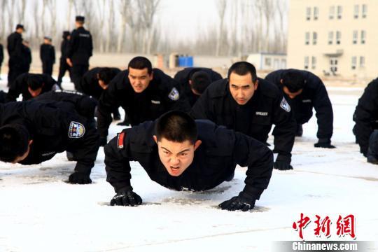 新疆喀什新招特警低温天气练兵 主要处置暴恐