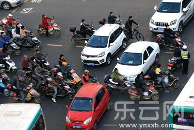1月9日,北京路与人民路交叉口,在红绿灯转换之际,交通状况十分混乱.
