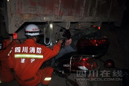 遂宁男子疑似醉驾电瓶车追尾货车被困 睡等救援