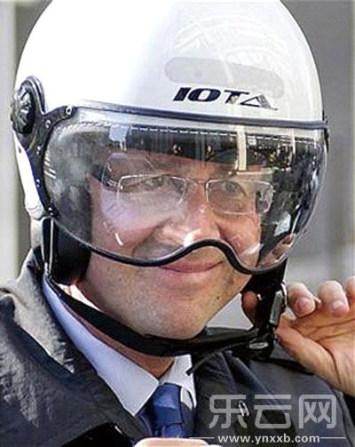 萨科齐嘲讽奥朗德戴头盔约很a头盔 萨科齐 布鲁尼剧宋佳那部性感图片