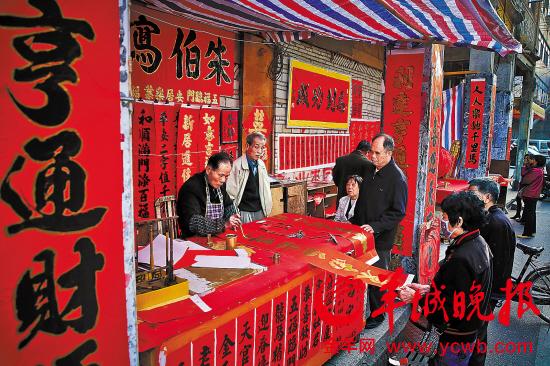 """禅城区筷子路,""""朱伯写字""""的朱炬海在为街坊们写挥春"""