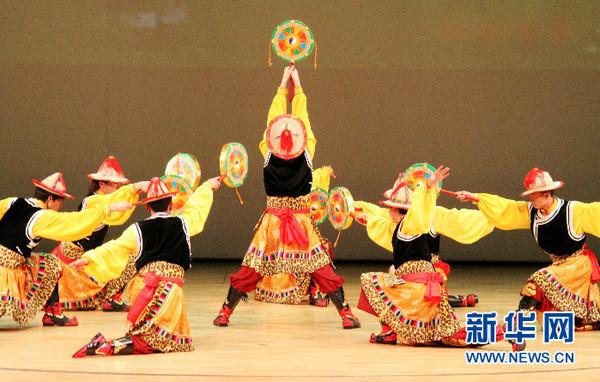 18日,甘南藏族自治州藏族歌舞剧团为韩国观众表演藏族古典锅庄舞莎