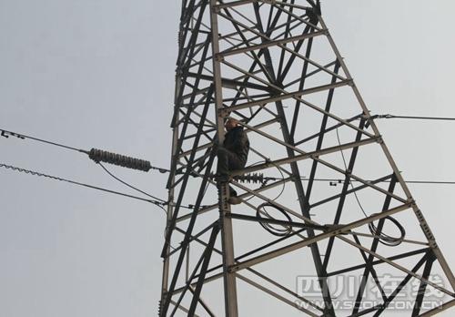 新都一男子爬上高压电塔