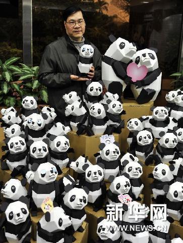 2月14日,台湾纸雕艺术家陈学建展示其设计制作的大熊猫立体纸雕.
