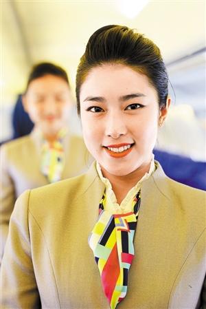 300的空姐_身着崭新制服的亮丽空姐也登场亮相.
