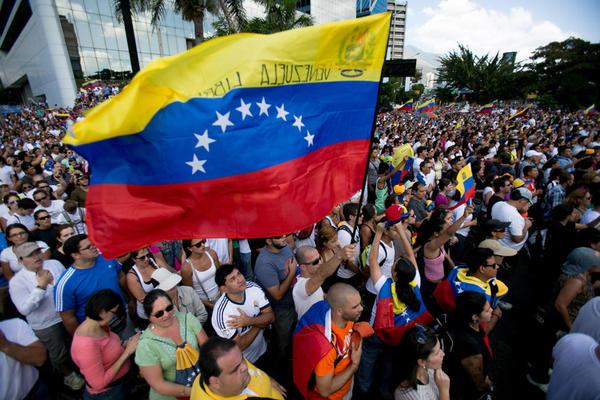 2月16日,聚集在委内瑞拉首都加拉加斯的示威人群。