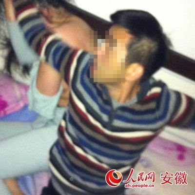 郝某与女子在床上被拍