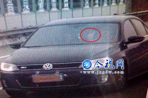杭瑞高速一司机遮挡车牌狂飚 摆剪刀手挑衅电子监控高清图片