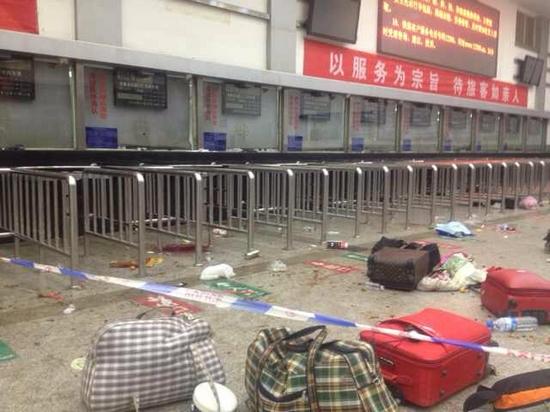 昆明火车站售票厅里受害者的行李和鞋子。