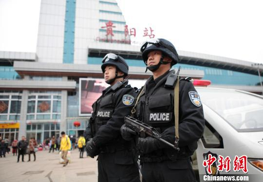 警方在贵阳火车站巡逻。 陈长青 摄