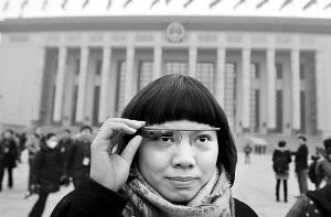 记者展示谷歌眼镜新华社发