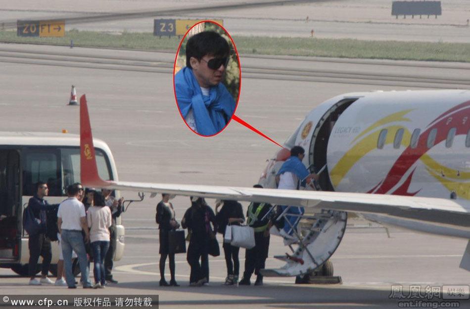 成龙率众星乘私人飞机赴戛纳参加电影节[高清大图]