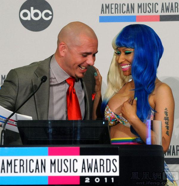 "Pitbull侧身偷看,而她左手臂的中文纹身""上帝与你同在""也煞是惹"