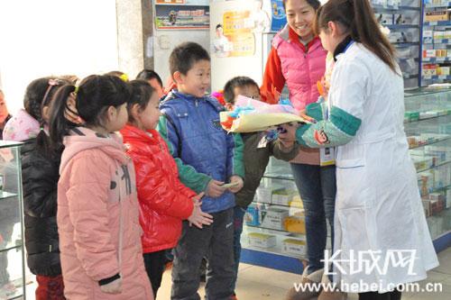 迎三八学感恩 幼儿园小朋友自制礼物上街送女同胞
