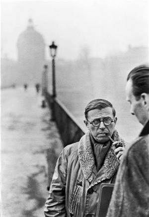 《萨特》 今年是著名摄影大师亨利卡蒂尔-布列松逝世十周年,法国蓬皮杜艺术中心不久前特别推出大型回顾展,350件摄影作品、电影资料、文献等带领观众重新领略20世纪的世纪之眼。展览将持续到今年6月9日。 布列松被认为是新闻摄影的先锋人物,他和罗伯特卡帕、大卫西蒙、威廉范迪维尔和乔治罗杰等人一起于1947年创建了著名的玛格南摄影通讯社。2003年,布列松95岁高龄,一个以他名字命名的基金会在巴黎成立,致力于收藏、展示他的作品,并支持摄影艺术的发展。 布列松的作品以精准的构图著称,他的街头照片、意味