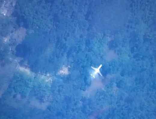 台湾南开科技大学的余国勋等5名学生,在过滤2万多笔卫星照片后,17日下午15时许发现丛林里一架飞机残骸,疑似马航失联班机,兴奋直呼找到了!(图片取自台湾媒体) 中国台湾网3月18日消息 马航MH370客机8日失联至今11天,牵动各方神经。卫星图像供应公司DigitalGlobe日前开启Tomnod群众外包平台,提供高分辨率卫星照,请全球网友一起协寻失联班机下落。 据台湾媒体报道,台湾(南投县)南开科技大学的余国勋、谢孟修、蔡享其、潘豪鑫及罗厚信等5名学生,上周四上网申请,过滤2万多笔卫星照片,17