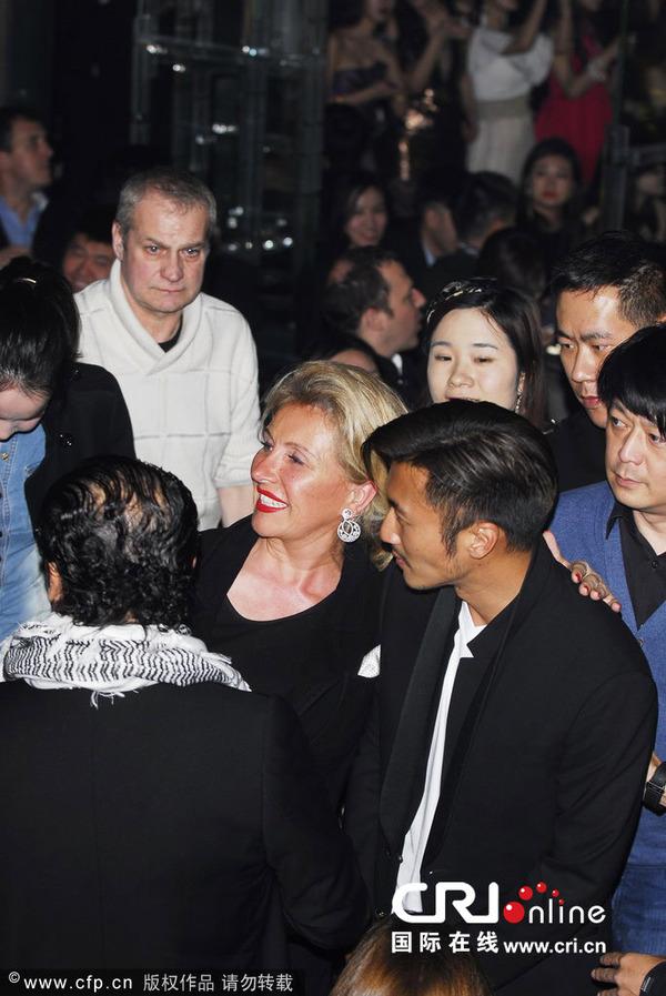 谢霆锋上海开酒吧致拥堵 兴致勃勃看洋妞热舞图片