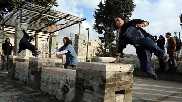伊朗约50名穆斯林女子在争议声中玩跑酷 高清组图