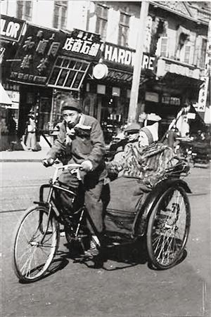 蹬车前行的三轮车夫.-老照片里的旧上海生活百态