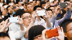 粉丝们拍照留影。