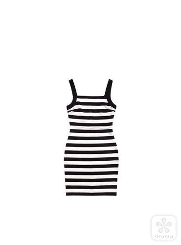 包臀的黑白条纹吊带裙将身材曲线勾勒得一览无遗,辛辣味十足.