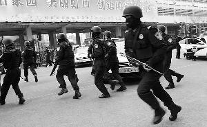"""▲ 昨天,虹口警方在虹口足球场举行""""街面机动突击队发车仪式""""。"""