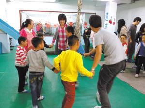 大学生自愿者看望自闭症儿童|孩子|学生