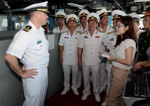 越南海军上美军宙斯盾舰参观女翻译抢眼(组图)