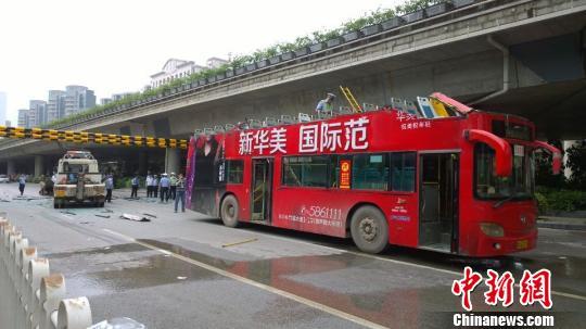 高清图—广西南宁市青竹立交下双层巴士撞公路限高框 车顶削落