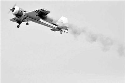 万亩古梨园上演航模特技 飞机 飞行