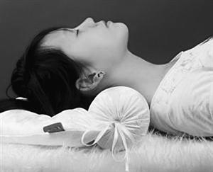 枕啤酒瓶睡觉,能治颈椎病?|患者|腰椎