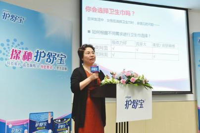 乌鲁木齐协和医院西北女子科主任医师刘欣燕讲解如何选择好的卫生巾(受访者供图)