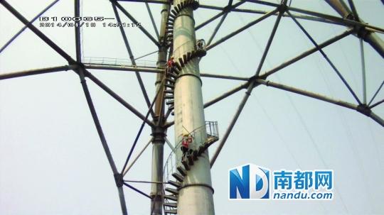 [险]4人被困68米高空电梯 消防员爬电塔撬门救人